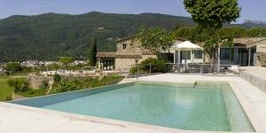 Doté d'une piscine à débordement et d'un restaurant, le Masia d'Amer est situé à 1 km d'Amer dans la campagne catalane. Cet établissement en pierre propose une connexion Wi-Fi gratuite et une grande terrasse avec vue sur les montagnes.