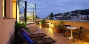 Situé à 300 mètres de la plage de Tossa de Mar, le Vila de Tossa possède des chambres climatisées munies d'un balcon privé. Il est pourvu d'une connexion Wi-Fi gratuite, d'un bain à remous et d'un service de massages.