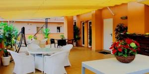 Lloret de Mar: séjournez au cœur de la ville  Situé à 5 minutes à pied des plages de Lloret de Mar, le Royal Inn Lloret vous invite à séjourner dans un complexe d'appartements doté d'une connexion Wi-Fi gratuite et d'un toit-terrasse commun avec bain à remous (accessible en saison). Certains lofts disposent d'un balcon offrant une vue sur la ville.