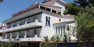 L'Hotel S'Aguarda est situé au sommet d'une colline à Cadaqués et jouit d'une vue splendide sur la mer. Il dispose d'une petite piscine sur le toit ouverte en saison, d'une zone de connexion Wi-Fi et d'un parking privé gratuits.