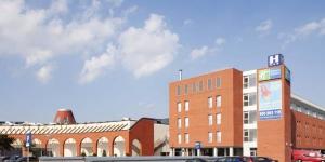 L'Holiday Inn Express Girona, bien desservi par les transports en commun, se trouve à seulement 3 km du centre-ville de Gérone et à seulement 10 minutes en voiture de l'aéroport de Gérone. Que vous soyez en visite pour affaires ou pour explorer les magnifiques environs de la Catalogne rurale, cet hôtel est idéalement situé à proximité de l'autoroute AP-7.