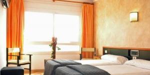 Situé à proximité de l'aéroport de Gérone-Costa Brava, cet hôtel confortable est l'endroit idéal pour se reposer avant ou après votre voyage. Simple et abordable, le Vilobi est idéal si vous arrivez ou partez de l'aéroport régional, situé à seulement 200 mètres à pied.