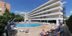 Le Medplaya Aparthotel Esmeraldas se situe à 650 mètres de la plage de Tossa de Mar, sur la Costa Brava. Il propose une piscine extérieure ouverte en fonction des saisons et des appartements climatisés dotés d'une télévision par satellite et d'un balcon privé.