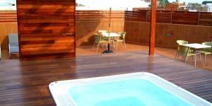 Situé à 200 mètres de la plage de Platja Gran, l'hôtel Delfín 4 étoiles dispose d'un toit-terrasse bien exposé avec bain à remous offrant une vue magnifique sur Tossa de Mar. Il propose de spacieuses chambres dotées d'une connexion Wi-Fi gratuite et d'un balcon.