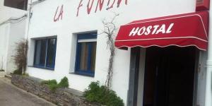 L'établissement La Fonda est situé à 5 minutes à pied de la plage de Cadaques. Il propose un hébergement pratique avec une salle de bains privée et une télévision à écran plat.