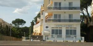 Situé en front de mer à Palamós, l'Hostal La Fosca possède un restaurant servant des plats locaux de qualité. Une connexion Wi-Fi est disponible gratuitement.