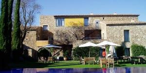 Situé dans le petit village de campagne médiéval de Monells, pas très loin de Gironne, de la Costa Brava et au pied des montagnes Gavarres, l'Hotel Arcs est confortable, bien équipé, plein de caractère et bénéficie d'un emplacement pittoresque.  .