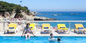 Situé sur la plage de Cala Rovira, l'H Top Caleta Palace possède une piscine extérieure et des jardins. Les chambres spacieuses sont climatisées et dotées d'un balcon privé.