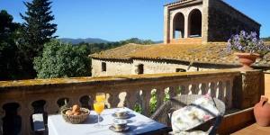 Situé sur la charmante place du village de Monells, dans la campagne catalane, l'établissement El Palauet de Monells possède une piscine et un bains à remous d'eau salée intérieurs. Affichant une décoration de style rustique, ses chambres sont dotées du chauffage au sol et d'une salle de bains privative avec un peignoir et des chaussons.