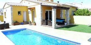 Située à 1 km de la plage à L'Escala, la Villa en L'Escala possède une piscine privée. La villa dispose d'une chambre double et 2 chambres lits jumeaux.