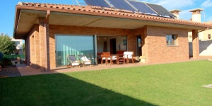 Située à Maçanet de la Selva, la Villa Santa Clara dispose d'une piscine extérieure privée et d'un jardin clos avec barbecue. Cette maison de vacances bénéficie d'une connexion Wi-Fi gratuite.