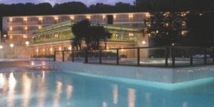 L'Aparthotel Comtat Sant Jordi possède une piscine extérieure ouverte en saison, un supermarché et un restaurant. Il ne se situe qu'à 150 mètres de la plage Bella Dona et à 1 km du centre de Platja d'Aro.