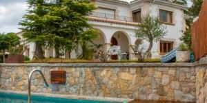 Le Montjuic Bed & Breakfast occupe une villa de style néoclassique du beau quartier de Montjuic, à Gérone, à 500 mètres de la cathédrale et du quartier juif. Il possède une terrasse avec piscine offrant une vue imprenable sur Gérone.