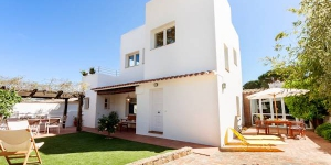 Located in Sant Feliu de Guixols, Villa Sant Amanç offers an outdoor pool. This self-catering accommodation features WiFi.