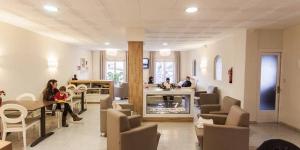 L'Hotel Catalunya est un établissement à la gestion familiale situé dans le centre de Ribes de Freser, à proximité de la gare Renfe et du train à crémaillère de Vall de Núria. Les chambres disposent d'une télévision à écran plat, d'une connexion Wi-Fi gratuite et d'une salle de bains privative pourvue d'une baignoire ou d'une douche.