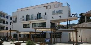 Le Cal Mariner est situé dans le village de pêcheurs de Port de la Selva sur la Costa Brava, à quelques mètres de la plage Pavillon Bleu. Chaque chambre est dotée de la climatisation, de la télévision par satellite et d'un balcon.