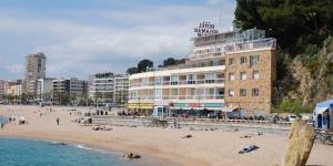 Lloret de Mar: séjournez au cœur de la ville  Le Rosamar Maxim se trouve sur la plage de Lloret de Mar. Profitez d'une vue sur la mer depuis les chambres et la terrasse.