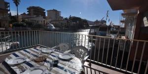 Situé à Roses, au bord des canaux de Santa Margarita, l'Apartaments Mediterrani propose une piscine intérieure. Le parc aquatique Aquabrava est accessible en moins de 10 minutes en voiture.