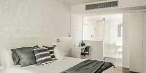 Le Tramuntana Hotel vous accueille dans la charmante vieille ville de Cadaqués, à seulement 200 mètres du bord de mer. Cet élégant hôtel propose des chambres modernes et minimalistes avec une connexion Wi-Fi gratuite et un balcon privé donnant sur le jardin.