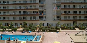 RVHotels Apartamentos Lotus are located 400 metres from S'Abanell Beach in Blanes. The complex has a seasonal, outdoor swimming pool and well-equipped apartments with balconies.