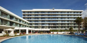 Lloret de Mar: séjournez au cœur de la ville  L'élégant Hotel Anabel est situé dans le centre de Lloret de Mar, à 500 mètres de la plage. Il dispose de piscines extérieures et intérieures, d'un sauna, d'un centre de remise en forme et d'une connexion Wi-Fi gratuite.