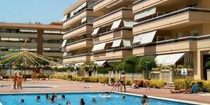 L'Apartamentos Ses Illes propose des appartements fonctionnels situés à 400 mètres de la plage de Sabanell à Blanes. L'établissement est doté d'une piscine extérieure et tous les hébergements disposent d'une terrasse privée.