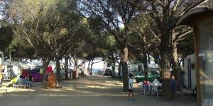 Doté d'une piscine extérieure commune et d'un restaurant, le Camping Sabanell se trouve à 7 minutes en voiture de Blanes. Il offre un accès direct à la plage de S'Abanell et possède des hébergements avec terrasse.