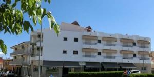 Cet hôtel familial est situé à seulement 350 mètres de la plage, à L'Escala, un village de pêcheur typique de la Costa Brava. L'hôtel Can Catala dispose d'un accès Wi-Fi, d'une réception ouverte 24h/24 et d'un parking gratuit sur place.