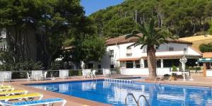 Situé à L'Estartit, à 10 minutes à pied de la plage, l'Hotel La Masia propose une piscine extérieure ouverte en saison, un jardin, un barbecue, une salle de jeux et des animations nocturnes. Les chambres climatisées de l'Hotel La Masia disposent d'un mobilier de style classique ainsi que d'un balcon donnant sur le jardin et la piscine.