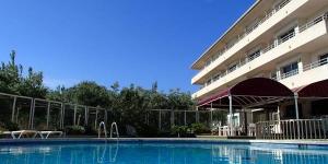 Situé à 850 mètres de la plage, l'Apartamentos La Masia propose une piscine extérieure commune ainsi qu'une terrasse dotée d'un barbecue. Cet établissement vous attend à L'Estartit, à 1,3 km de la réserve marine des îles Medes.