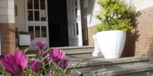 Situé à Roses, à seulement 300 mètres de la plage Santa Margarida, l'Hotel Marbella propose une piscine extérieure entourée de jardins et une connexion Wi-Fi gratuite dans les parties communes. Ses chambres sont décorées avec simplicité et dotées d'une terrasse meublée.