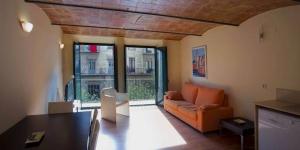 L'Apartament l'Encant de la Rambla est situé dans le centre de Gérone, sur les rives du fleuve Onyar. Il propose un hébergement doté d'une connexion Wi-Fi gratuite et d'une télévision par satellite.