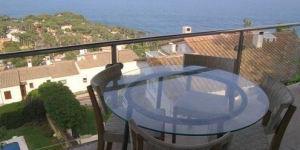 Holiday home El Golfet is located in Calella de Palafrugell. There is a full kitchen with a dishwasher and a microwave.