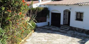 Holiday home Catarina is located in L'Escala. There is a full kitchen with a microwave and an oven.