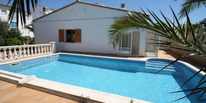 Holiday home Patrick is located in L'Escala. There is a full kitchen with a microwave and an oven.