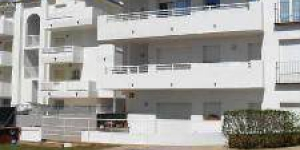 Located in L'Escala, Apartment Port Marina I offers an outdoor pool. Accommodation will provide you with air conditioning and a balcony.