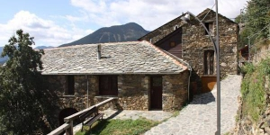 Apartment El Monjo De Can Bonada is a self-catering accommodation located in Queralbs. The property is 2 km from Vall de Núria Ski station and 6.