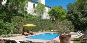 L'Hotel Convent est un couvent restauré du XVIIe siècle, dans la belle ville côtière de Begur. Il possède une piscine extérieure et l'accès sans fil (Wi-Fi) à Internet gratuit.