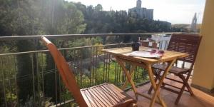 Implanté à Gérone, à 2 km de sa gare, le Qlodging San Daniel propose un hébergement chauffé avec connexion Wi-Fi gratuite. Son appartement est pourvu d'un balcon privé agrémenté de mobilier d'extérieur offrant une vue sur la montagne.