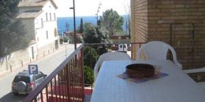 Situé à Calella de Palafrugell, l'Apartamentos Port-Pelegri possède une terrasse meublée offrant une vue sur la mer et la ville. La plage est à seulement 100 mètres de l'appartement.