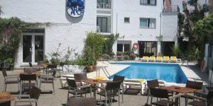 Le traditionnel Hotel Sant March bénéficie d'un emplacement privilégié dans le centre de Tossa de Mar, sur lasplendide Costa Brava, au nord de l'Espagne. Nichéau cœur de1 500 m² de jardins méditerranéens luxuriants, cet établissement à la gestion familiale constitue unpaisible pied-à-terre, idéal pour profiter de cette côte pittoresque et culturelle.