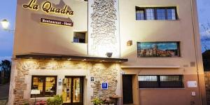 L'Hotel-Restaurante La Quadra est situé dans le pittoresque village de Maçanet de Cabrenys, une ville médiévale que vous pourrez atteindre en suivant les longues routes sinueuses typiques des montagnes de l'Alt Empordà. Cet hôtel à la gestion familiale vous propose une escapade de détente dans l'air pur de la montagne.