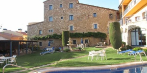 Le Sant Joan, hôtel à la gestion familiale, est situé au cœur de la Costa Brava, en Catalogne, et est entouré de 550 m² de jardins. Il dispose d'un bain à remous et d'une piscine extérieure chauffée, ouverte de juin à octobre.