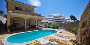 Située à Lloret de Mar, la Villa Caroline possède une piscine extérieure, un barbecue et une terrasse meublée offrant une vue sur la montagne. Cette villa dispose d'un coin salon avec une télévision par satellite à écran plat.
