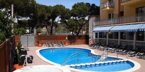 Situé à 100 mètres seulement de la plage de S'Abanell, à Blanes, cet hôtel vous propose une piscine extérieure et une connexion Wi-Fi gratuite dans les parties communes. Toutes ses chambres sont dotées d'un balcon privé et de la climatisation.