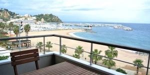 Installé à Blanes, juste en face de la mer, l'établissement Aiguaneu Sa Carbonera vous propose des hébergements entièrement équipés, avec connexion Wi-Fi gratuite et balcon. Baignés de lumière naturelle, les appartements disposent d'un salon-salle à manger avec une télévision.