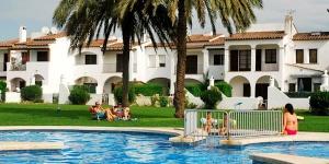 Dotée d'un jardin commun avec barbecue et d'un accès à 3 piscines communes, la maison de vacances Ermita est située à 5 minutes en voiture de L'Estartit et de la plage. La maison comprend une chambre double, une chambre lits jumeaux, un canapé-lit double dans le salon et une salle de bains avec baignoire.