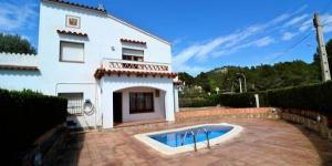 Le Guitarra est une maison de 4 chambres située à moins de 10 minutes en voiture de la plage de L'Estartit et à seulement 1 km du centre-ville. Vous apprécierezsapetite piscine privée.