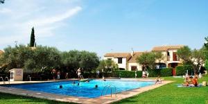 Doté d'une piscine et d'un jardin communs, l'Oliveres vous accueille à L'Estartit. Cette maison de vacances de 2 chambres se trouve à seulement 3 km de la plage la plus proche et du centre-ville de L'Estartit.