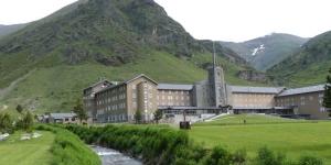 Situé à 2 000 mètres d'altitude, cet hôtel se trouve à côté d'un beau lac et de 5 remontées mécaniques. Situé en haut du train à crémaillère de Vall de Núria, il propose des allers-retours gratuits.